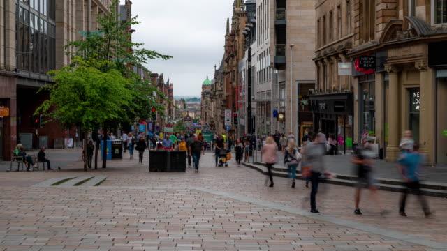 vídeos de stock e filmes b-roll de time-lapse of tourist pedestrian crowded buchanan shopping street in glasgow scotland uk - glasgow escócia