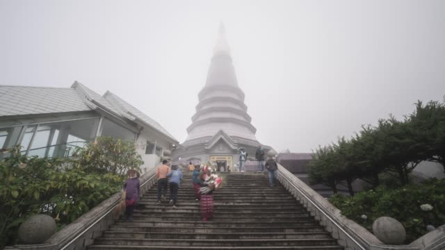 timelapse of tourists at king and queen pagodas, doi inthanon, thailand, southeast asia, asia - besichtigung stock-videos und b-roll-filmmaterial
