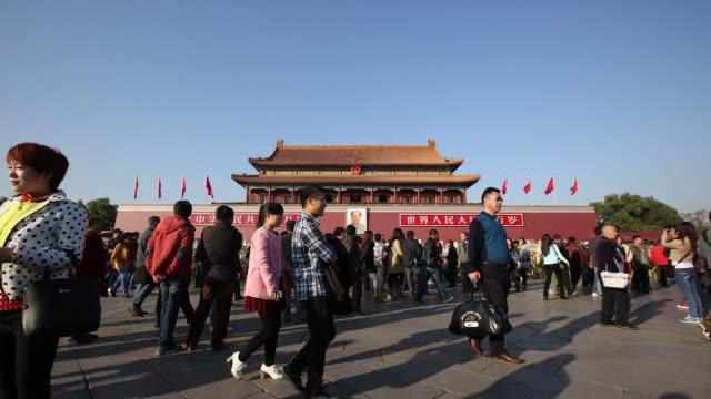 vídeos de stock, filmes e b-roll de timelapse of tourists in front of tiananmen gate in beijing china on sunday nov 9 2014 - portão da paz celestial de tiananmen