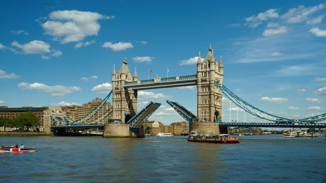 time-lapse of tower bridge opening, london - 跳開橋点の映像素材/bロール