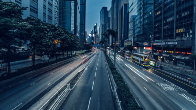 vídeos y material grabado en eventos de stock de time-lapse of traffic along gloucester road, hong kong at dusk. - punto de fuga
