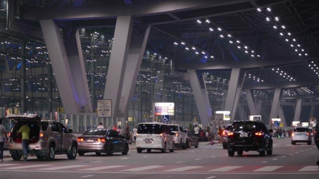Zeitraffer der Verkehrs- und Menge Reisenden am Flughafen.