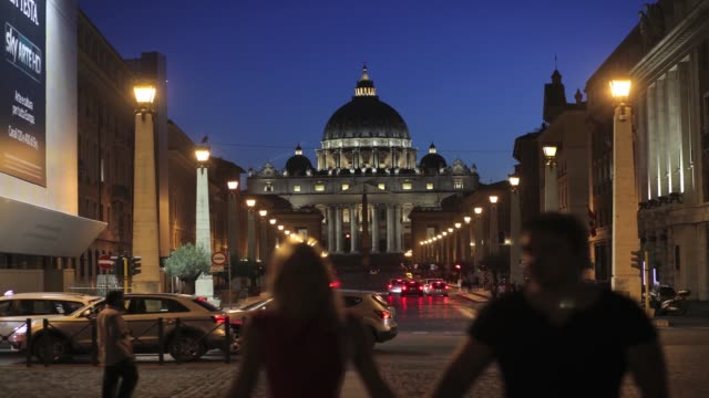 timelapse of traffic at night in front of the basilica and st peters square in vatican city on thursday june 25 2015 - petersplatz stock-videos und b-roll-filmmaterial