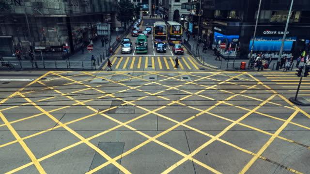 vidéos et rushes de time-lapse of traffic crossing des veoux road central on hong kong island. - central district de hong kong
