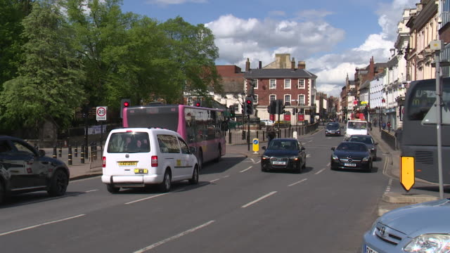 vídeos de stock e filmes b-roll de timelapse of traffic in bedford town centre - vista geral