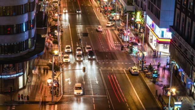 timelapse of traffic in gran via of madrid night - マドリード グランヴィア通り点の映像素材/bロール
