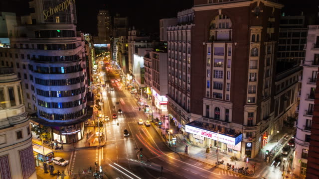 vídeos y material grabado en eventos de stock de timelapse of traffic in gran via of madrid night - madrid