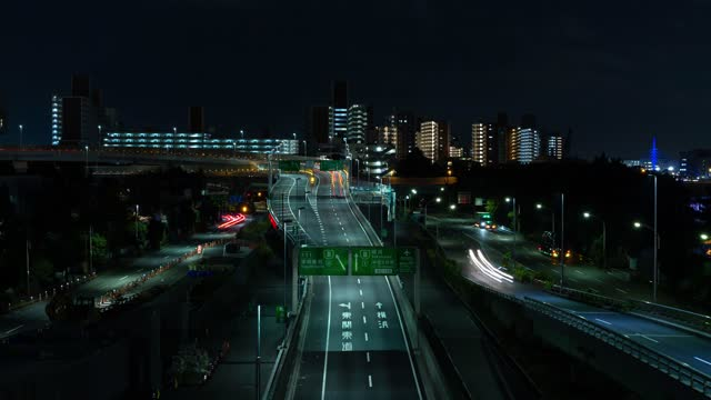 vídeos de stock e filmes b-roll de time-lapse of traffic on a road, long exposure from car headlights on a road in the evening. - long exposure