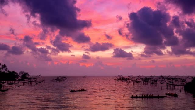 vídeos de stock e filmes b-roll de 4k timelapse of travel boat to seeing sunrise at beautiful pakpra lake, pattalung, thailand - gigante personagem fictícia