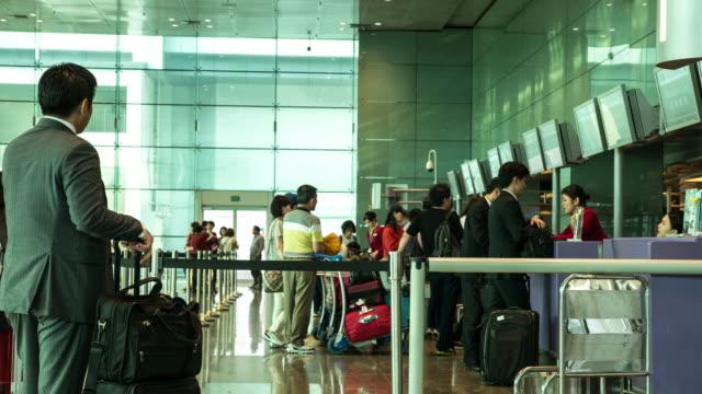 stockvideo's en b-roll-footage met timelapse van reiziger menigte op de luchthaven inchecken - in de rij staan