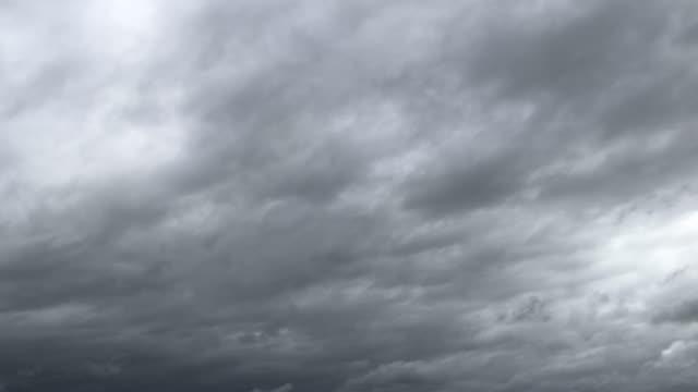 梅雨の熱帯空のタイムラプス 雨が降る前の朝の空 雲が灰色に変わり、暗い風雲雨が降る - overcast点の映像素材/bロール