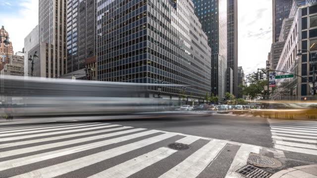 vídeos de stock, filmes e b-roll de timelapse of typical new york's crossroad with car traffic jam. usa, 2017 - usa