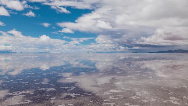 timelapse of uyuni salt flat, bolivia - ウユニ塩湖点の映像素材/bロール