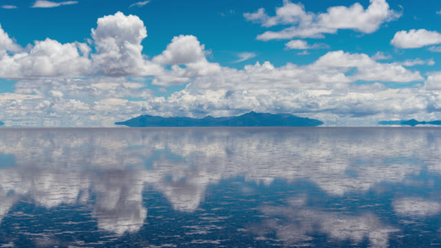 vidéos et rushes de timelapse of uyuni salt flat, bolivia - reflection