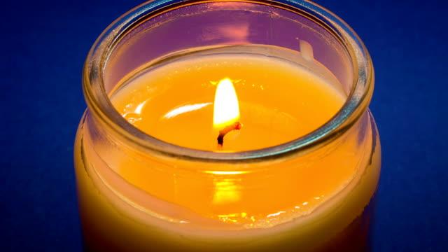 zeitraffer der vanille kerze brennt - kerze stock-videos und b-roll-filmmaterial