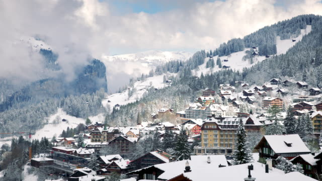 vídeos de stock e filmes b-roll de timelapse of village in swiss alps - switzerland