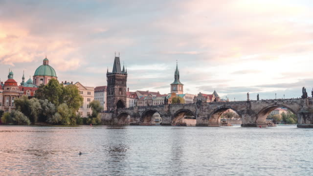 vídeos y material grabado en eventos de stock de timelapse del río moldava y el puente de carlos al atardecer en praga - cultura checa