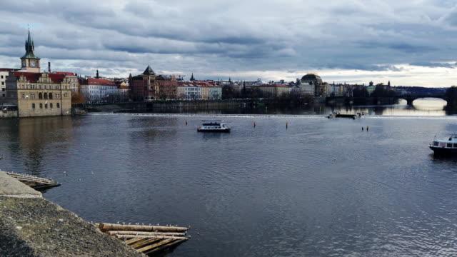 zeitraffer der moldau bei der karlsbrücke in prag in tschechien - osteuropäische kultur stock-videos und b-roll-filmmaterial