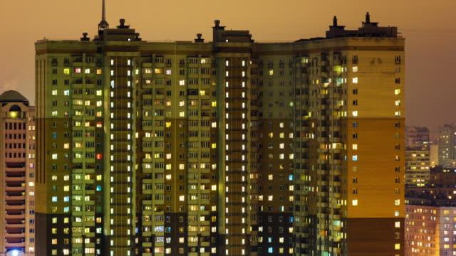 Timelapse de l'écran s'éclaire dans immeuble de grande hauteur dans la nuit