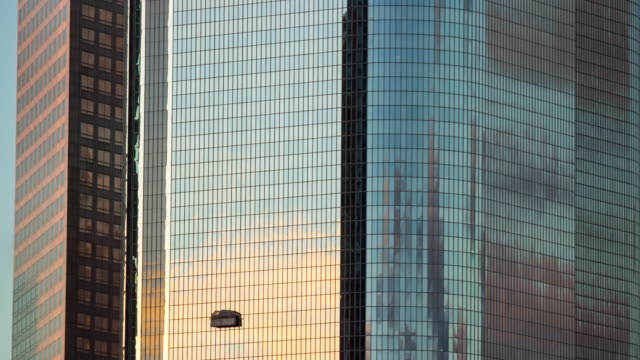 vidéos et rushes de timelapse of window washers on skyscraper. - effet miroir