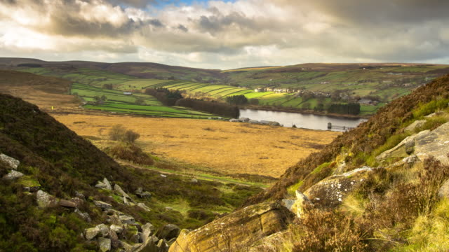 vídeos de stock e filmes b-roll de timelapse of yorkshire moors from pennistone hill - yorkshire