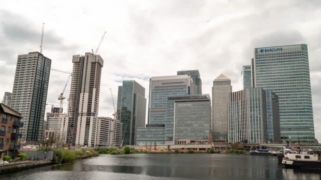 zeitraffer: bürogebäude wolkenkratzer wolkenkratzer in london canary wharf england uk - stadtviertel stock-videos und b-roll-filmmaterial
