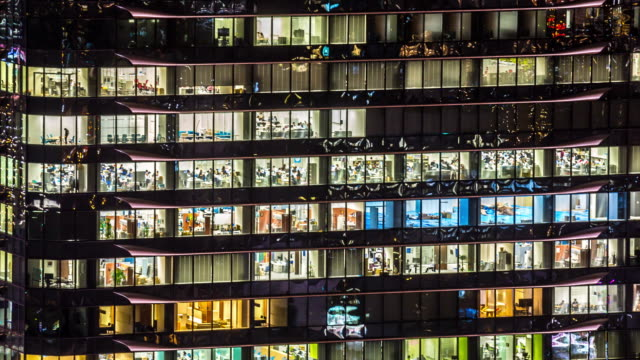 4K Time-lapse: kantoorgebouw Windows in Osaka at Night