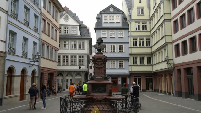 timelapse alte stadt quadratische romerberg in frankfurt am main, deutschland - städtischer platz stock-videos und b-roll-filmmaterial