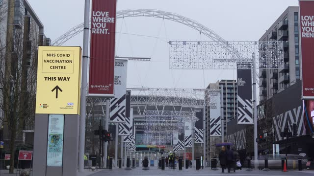 time-lapse on wembley weak way with signage pointing people to a mass vaccination centres on january26, 2021 in wembley, england in the nationwide... - effort stock videos & royalty-free footage