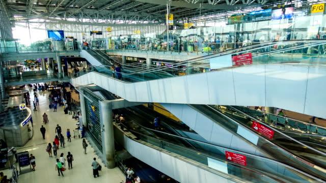 Time-lapse of Hyperlapse 4K op Trolley: reiziger menigte op vliegveld vertrek Boarding Terminal Suvarnabhumi Airport, Thailand