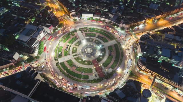時間の経過またはハイパー経過空撮 4 道路ロータリー サークルや交差点通行輸送の概念のために夜。 - 線路のポイント点の映像素材/bロール