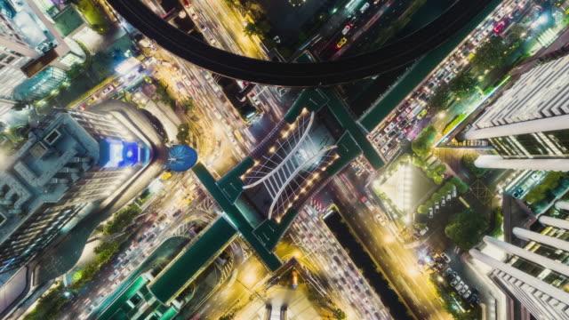 時間の経過またはハイパー経過空撮 4 方法停止円または交差点交通輸送の概念のために夜。 - 不動産の看板点の映像素材/bロール