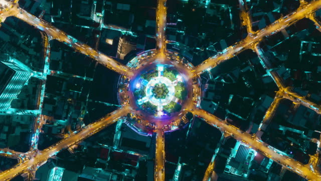 vídeos de stock e filmes b-roll de time-lapse or hyper-lapse aerial view highway road roundabout circle or intersection traffic at night for transportation concept. - rotunda entroncamento