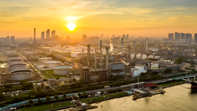 vídeos de stock e filmes b-roll de 4k timelapse or hyperlapse of aerial of industrial park with oil refinery and storage tank in asia at sunrise - petroquimica