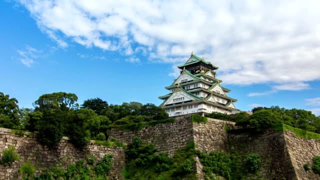 vídeos de stock, filmes e b-roll de definição de intervalo de tempo: o castelo de osaka, no japão. - torre estrutura construída