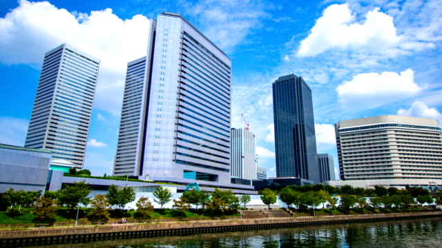 青い空と時間経過: 大阪の街並み。 - オフィスビル点の映像素材/bロール