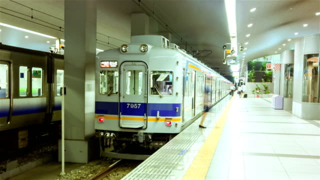 4 K Zeitraffer: Osaka Passenger Boarding in u-Bahnstation Osaka, Japan.