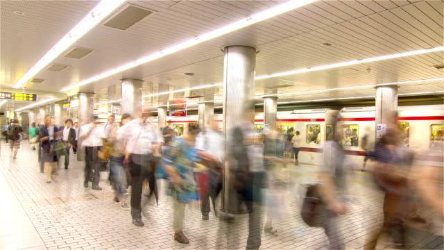 HD Zeitraffer: Osaka Passenger Boarding in U-Bahn Bahnhof Osaka, Japan.