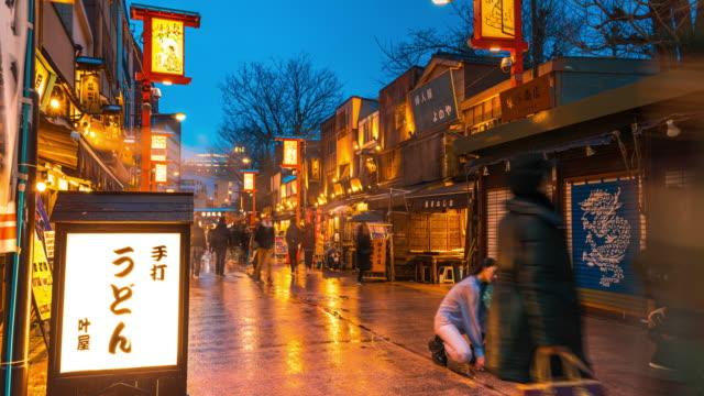4k-zeitraffer: panning recht der fußgängerzone überfüllte menschen und touristen-shopping in nakamise market rund um asakusa sensoji tempel in der nacht, tokio japan - marktstand stock-videos und b-roll-filmmaterial