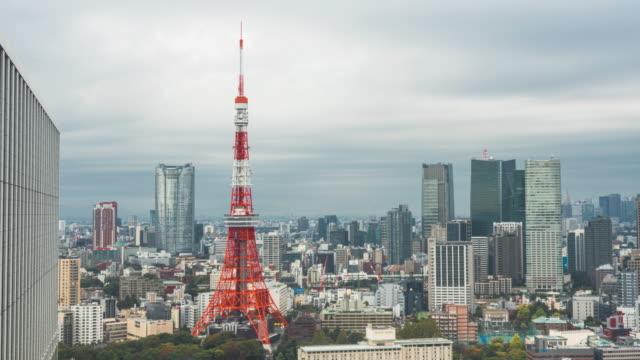 time-lapse 4k: panoramica a destra vista della tokyo tower e dello skyline di tokyo da un grattacielo a tokyo, giappone - panning video stock e b–roll