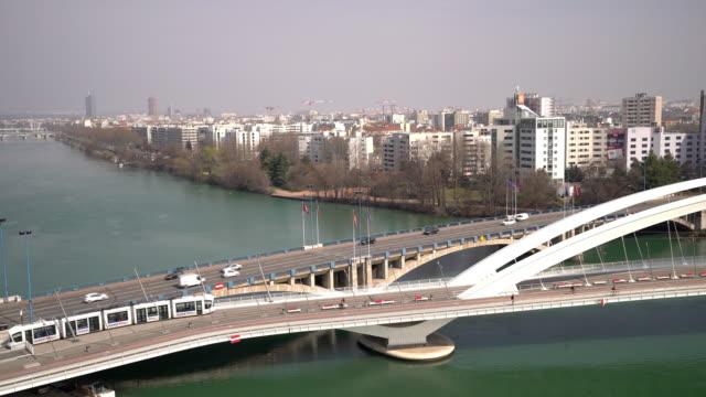 vidéos et rushes de time-lapse prise de vue panoramique du paysage urbain de lyon avec les bords du rhône - tramway