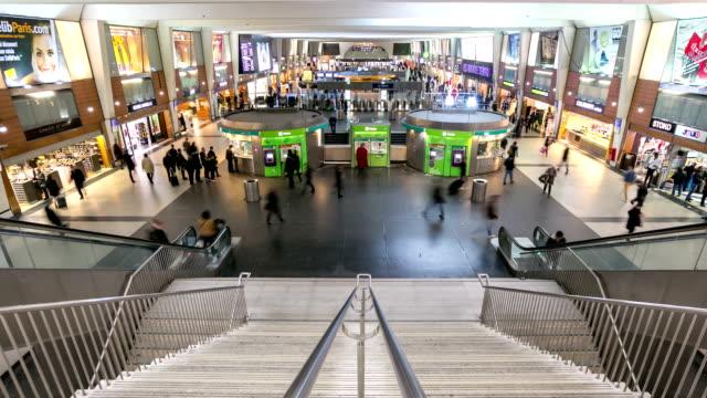 vidéos et rushes de hd time-lapse:  passager foule de banlieue station de métro de paris - station de métro