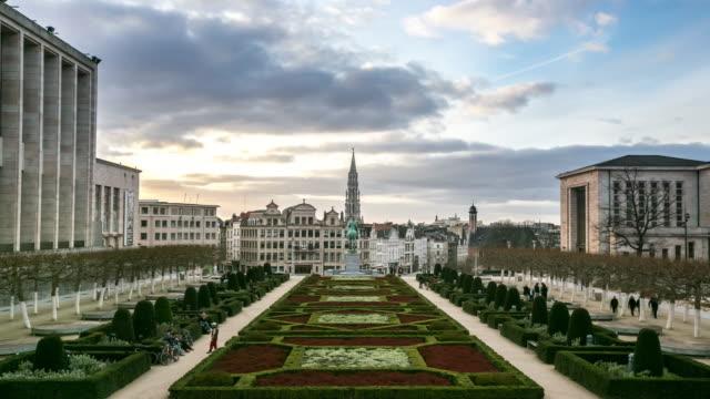 時間速度 : 歩行者ブリュッセルグランプガーデンベルギーの夕日 - ブリュッセル首都圏地域点の映像素材/bロール