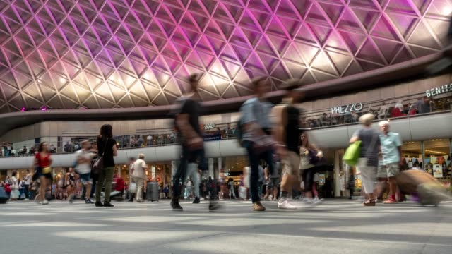 stockvideo's en b-roll-footage met time-lapse voetgangers commuter menigte op king's cross trein ticket stationshal in londen engeland uk - station london king's cross