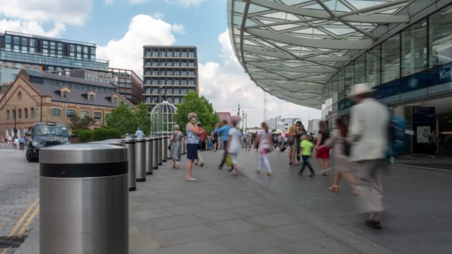 stockvideo's en b-roll-footage met time-lapse voetgangers forensen menigte op king's cross treinstation in londen engeland uk - station london king's cross