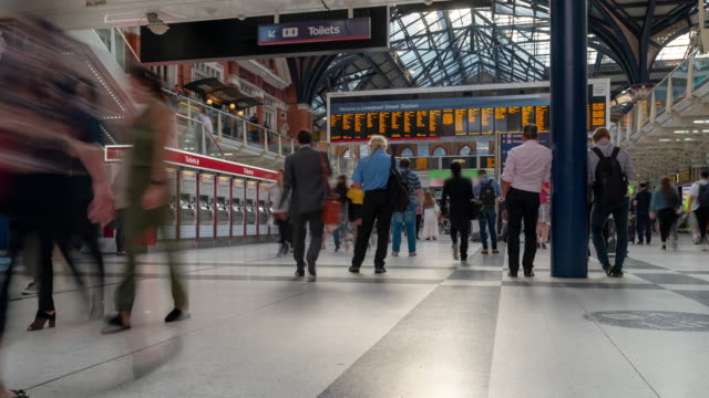 stockvideo's en b-roll-footage met time-lapse voetgangers commuter menigte op liverpool street trein ticket stationshal in londen engeland uk - station