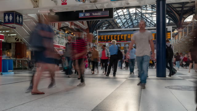 time-lapse pedestrian commuter crowd in liverpool street station ticket hall in london england uk - bokeh museum stock-videos und b-roll-filmmaterial