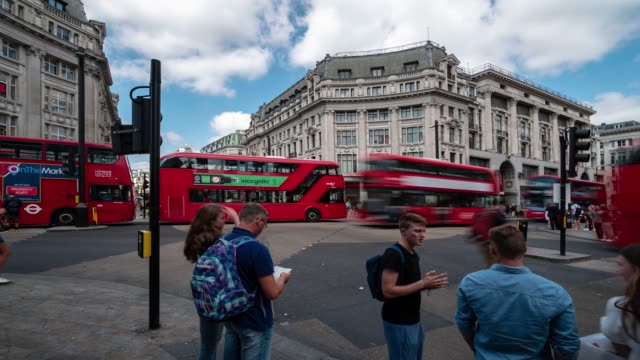 stockvideo's en b-roll-footage met time-lapse: voetgangers forensen menigte in oxford circus downtown shopping street in londen engeland uk - bushalte