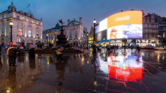 vídeos de stock, filmes e b-roll de time-lapse: pedestre commuter multidão no piccadilly circus, no centro da cidade à noite em londres inglaterra uk - picadilly