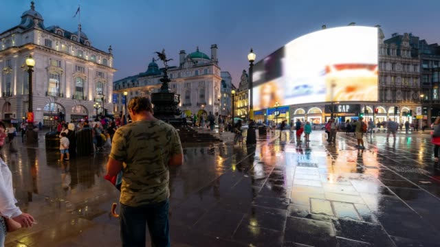 time-lapse: pedestrian commuter crowd at piccadilly circus downtown at night in london england uk - esposizione lunga video stock e b–roll